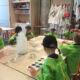 Konstexpressen - Barn målar runt ett bord i ateljén på Nationalmuseum.