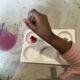 Konstexpressen - Ett barn målar i ateljén på Nationalmuseum.