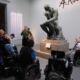 Folk runt skulpturen